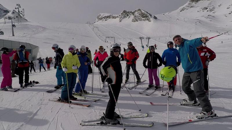 Franz Grießner im Kreis der Skifans am Kitzsteinhorn