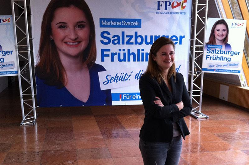 FPÖ Spitzenkandidatin Marlene Svazek mit Plakaten für den Landtagswahlkampf 2018
