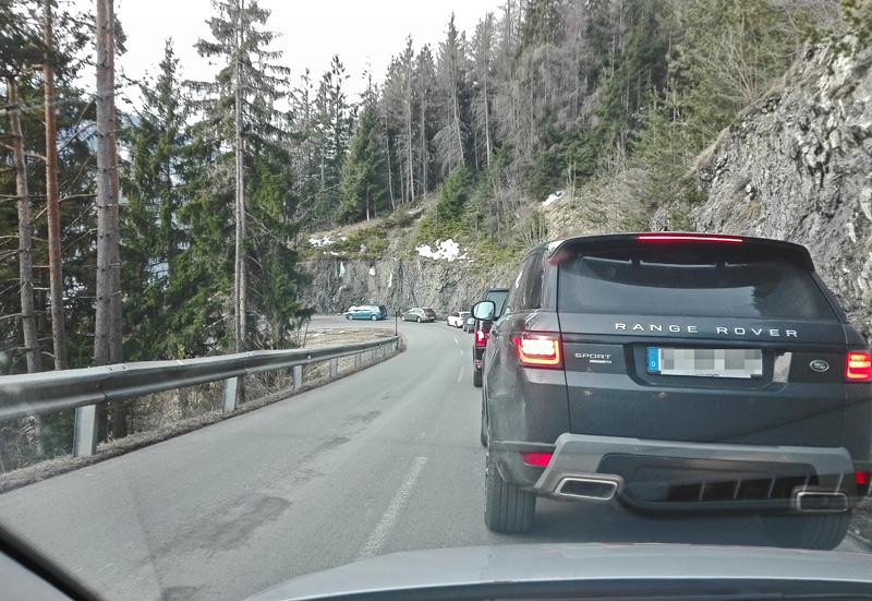 Autos auf Bergstraße