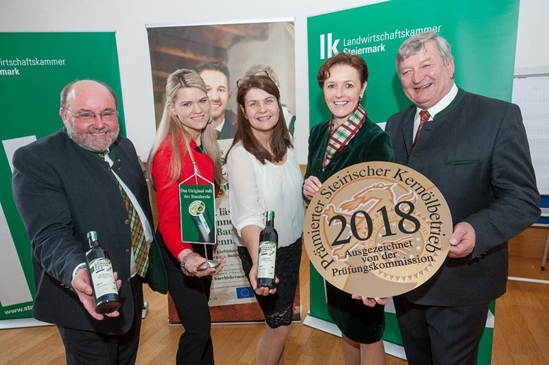 Seriensiegerinnen Claudia Esterer und Sabine Hirschmann (2. u. 3. v. l.) mit Vizepräsidentin Maria Pein und Obmann Franz Labugger (4.u.5.v.l.) sowie Paul Kiendler (r.)