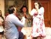 Bernd Zambo macht Zsuzsanna Kiss auf der Bühne einen Heiratsantrag