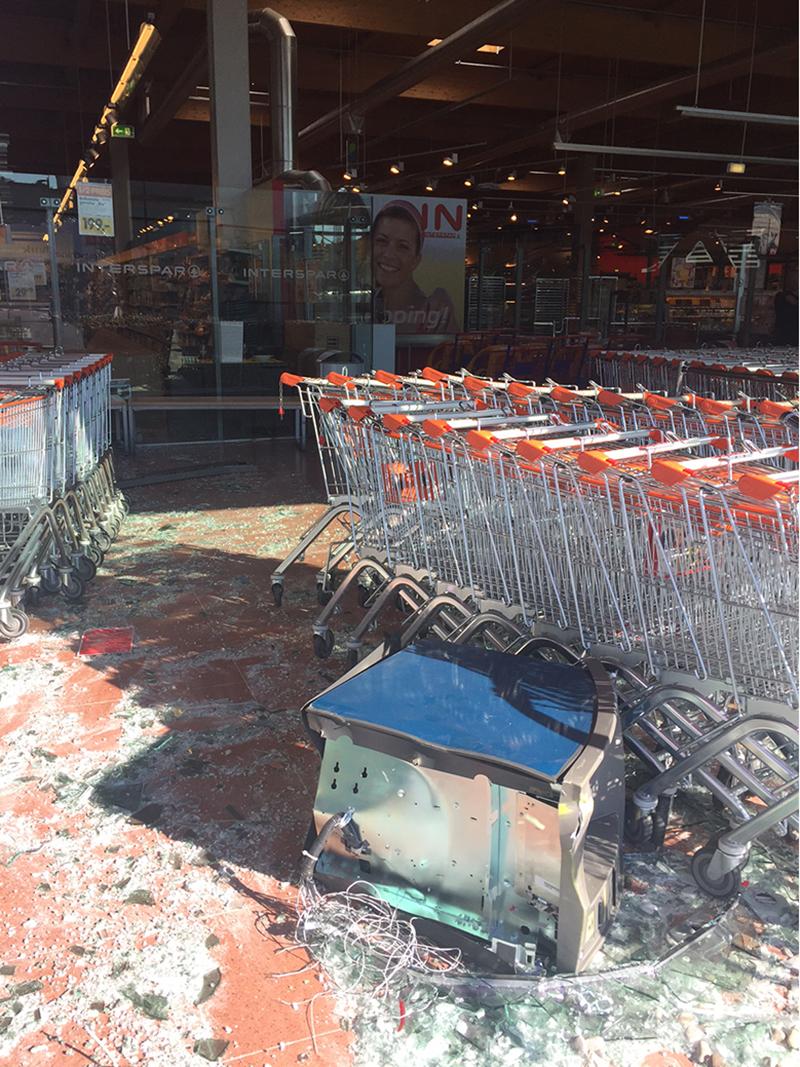 herausgerissener Bankomat vor Supermarkt
