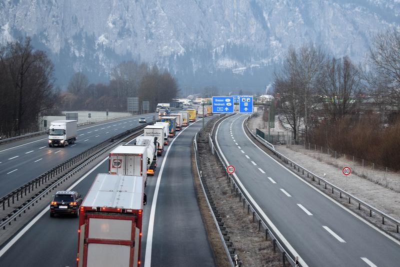 Lkw-Blockabfertigung bei Kufstein und Lkw-Kolonne