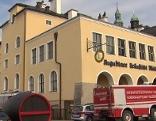 Einsatzfahrzeuge vor dem Müllner Bräustübl in der Stadt Salzburg