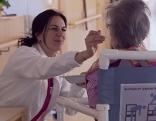 Pflegerin fütterte alte Frau in Seniorenwohnhaus
