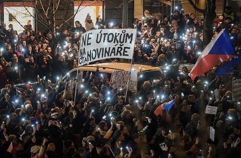 In Prag gegen die Menschen für die Pressefreiheit auf die Straße