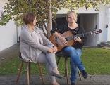 Dagmar Schönfeldinger und Karin Ritter (Mitarbeiterinnen des Volksliedwerkes)