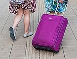 Frauen mit einem Reisekoffer