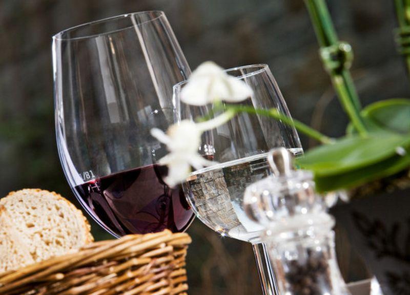 Gedeckter Tisch mit Jour Gebäck und einem Glas Rotwein