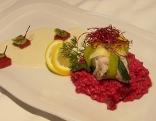 Gedämpftes Waller-Filet im Lauchmantel auf Rote Rüben-Risotto