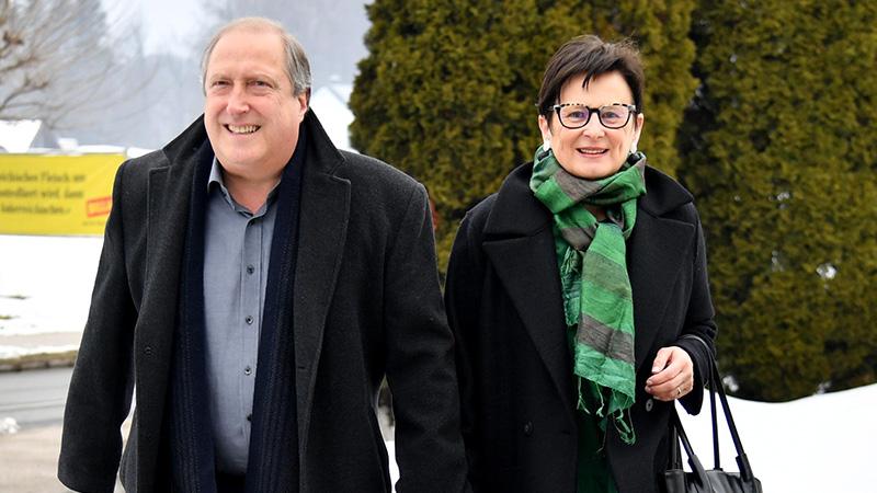 Stimmenabgabe Parteichefs Grünen-Chef Rolf Holub mit seiner Frau Elvira
