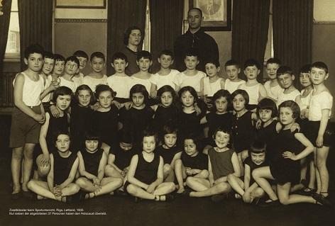 Zweitklässler beim Sportunterricht, Riga, Lettland, 1933: Nur sieben der abgebildeten 37 Personen haben den Holocaust überlebt