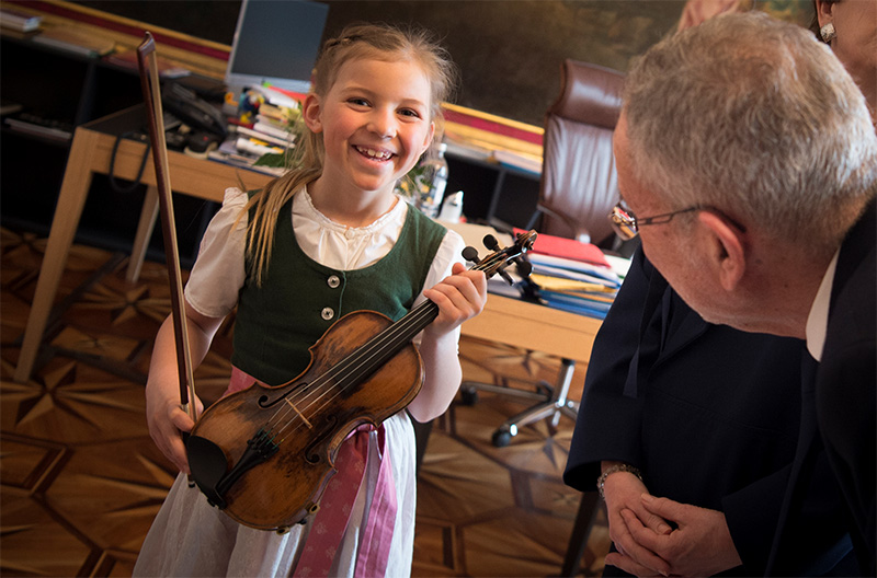 Siebenjährige auf Mozartgeige