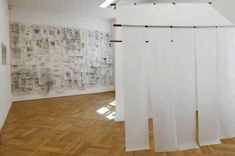 Ausstellungsraum mit Haus aus Aquafixpapier und Skizzen