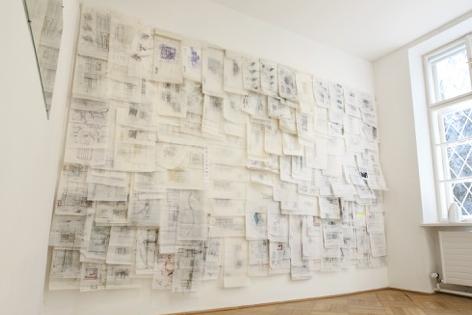 Blick in die Ausstellung im Hintergrund Aquafixpapier