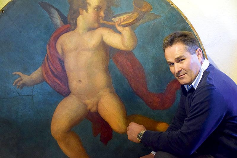 """Der Wilhelmsburger Antiquitäten-Mäzen Josef Renz vor dem """"Trompetenden Putto"""""""