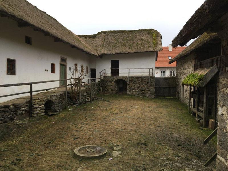 Der Innenhof des Freilichtmuseums Pelmberg in Hellmonsödt im Mühlviertel, das erste Mal 1325 beurkundet.