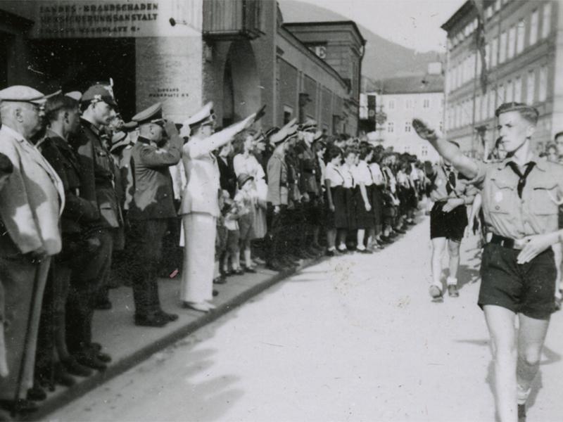 : Vorbeimarsch der Hitlerjugend auf dem Residenzplatz im Rahmen des HJ-Gebietssportfest 1940.