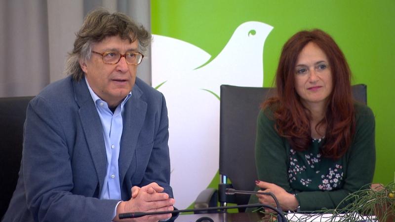 Grüne Vertreter (Foppa und Dello Sbarba) bei der Pressekonferenz erklären etwas