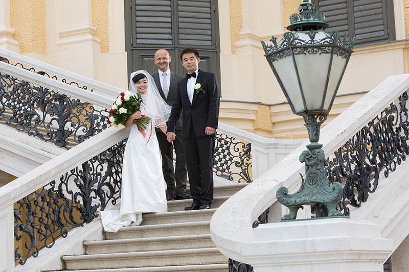 Yanli Wang und ihr Ehemann Bing Li  mit Tourismusdirektor Norbert Kettner bei der Traumhochzeit in Wien