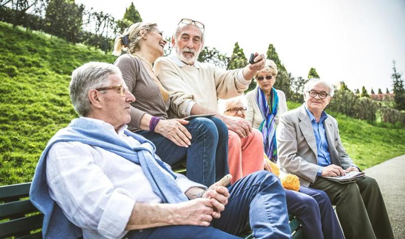 Ältere Menschen sitzen auf einer Bank