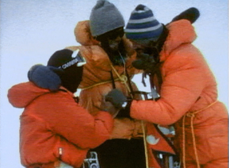 Sherpa Ang Phu, Robert Schauer und Wolfgang Nairz am Gipfel, sich umarmend