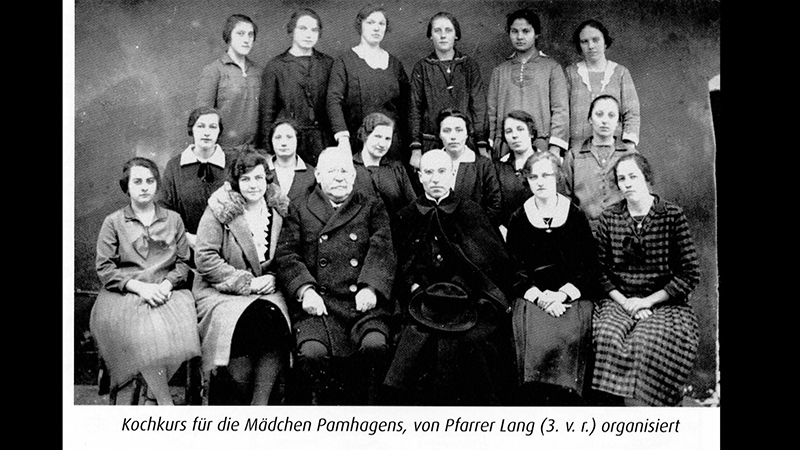 Gruppenbild von Josef Lang mit Kochkurs-Teilnehmerinnen