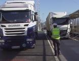 Lastwagen Polizeikontrolle an der Autobahn