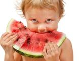 Kind beißt in Wassermelone