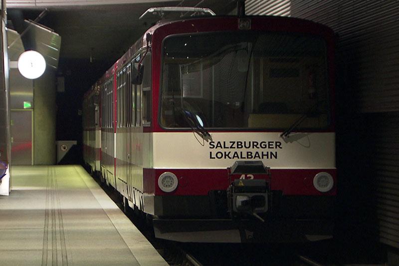 Garnitur der Salzburger Lokalbahn in der unterirdischen Endstation beim Salzburger Hauptbahnhof