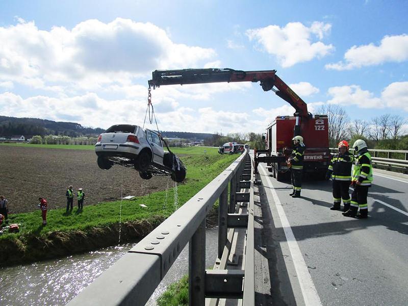 Kran hebt Unfallfahrzeug