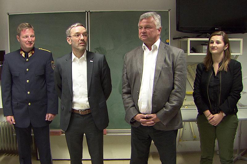 Innenminister Herbert Kickl (zweiter von links) und Marlene Svazek beim Besuch in der Polizeischule in Großgmain