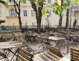 Leere Stühle im Freien