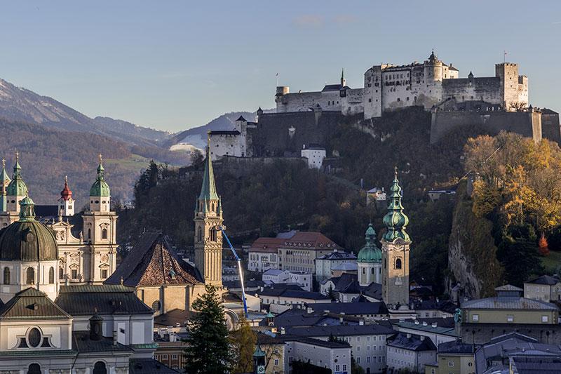 Blick auf Festung und Salzburger Altstadt im Spätherbst