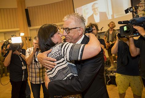 Walter Steidl umarmt Gabi Burgstaller bei der SPÖ Wahlfeier im Brunauer Zentrum