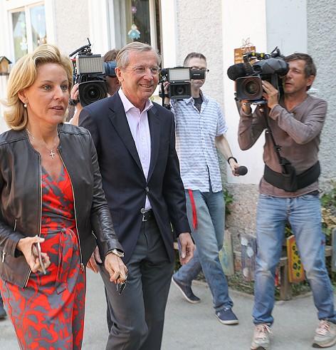 Landeshauptmann Wilfried Haslauer beim Wahllokal - mit seiner Frau und zahlreichen Fernsehkameraleuten