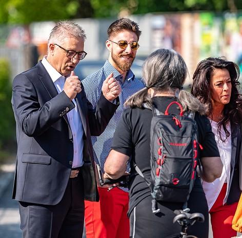 SPÖ-Spitzenkandidat Walter Steidl mit Ehefrau Brigitte und Sohn Oliver im Gespräch mit Passanten vor der Stimmabgabe