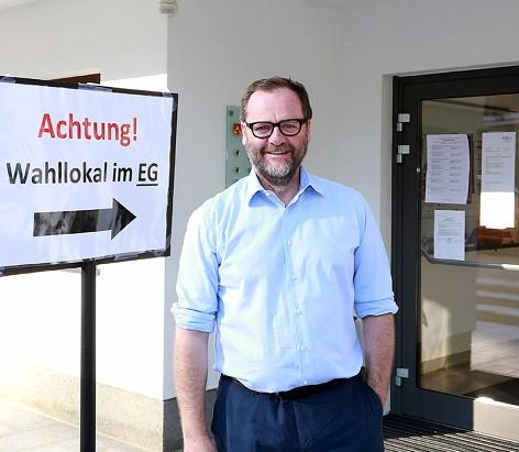 NEOS-Spitzenkanditat Sepp Schellhorn vor der Stimmabgabe in seiner Heimatgemeinde Goldegg (Pongau)