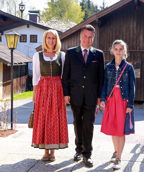 Der Spitzenkanditat der SBG - Salzburger Bürgergemeinschaft, Hans Mayr, mit Ehefrau Maria Theresia und Tochter Lara nach der Stimmabgabe in Goldegg (Pongau)
