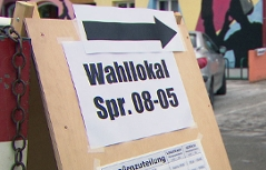 Hinweisschild auf ein Wahllokal in der Stadt Salzburg