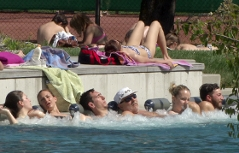 Erste Badegäste April Waldbad Nenzing