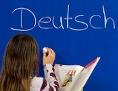 Kind schreibt Deutsch auf die Tafel