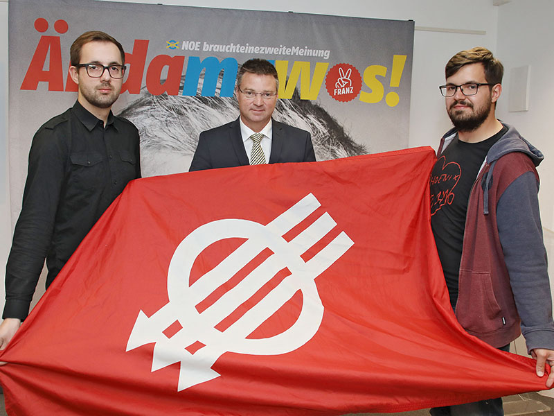 Wolfgang Kocevar, Michael Kögl (JGNÖ) und Mirza buljubasic (SJNÖ) halten eine SPÖ-Fahne