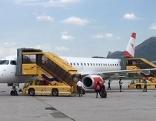 Maschine der AUA Austrian Airlines auf dem Vorfeld des Salzburger Flughafens (Salzburg Airport)