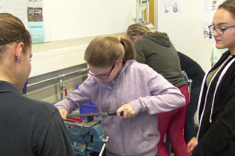 Mädchen in technischem Betrieb, Metall