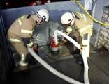 Feuerwehrleute beim Auspumpen eines Kellers mit einer Tauchpumpe