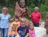 Julia Wenger, Hubert Freidl und die Kinder Sara, Jonas und Johannes am Adneter Marmorweg