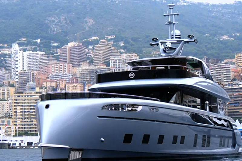 Porsche Design Yacht im Hafen