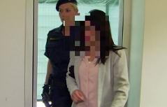 Mitangeklagte Ex Freundin im Mordprozess Krenn wird von Justizwachebeamtin in den Gerichtssaal geführt