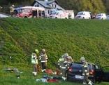 Unfallwrack nach Absturz über Böschung an B166 mit Feuerwehrleuten